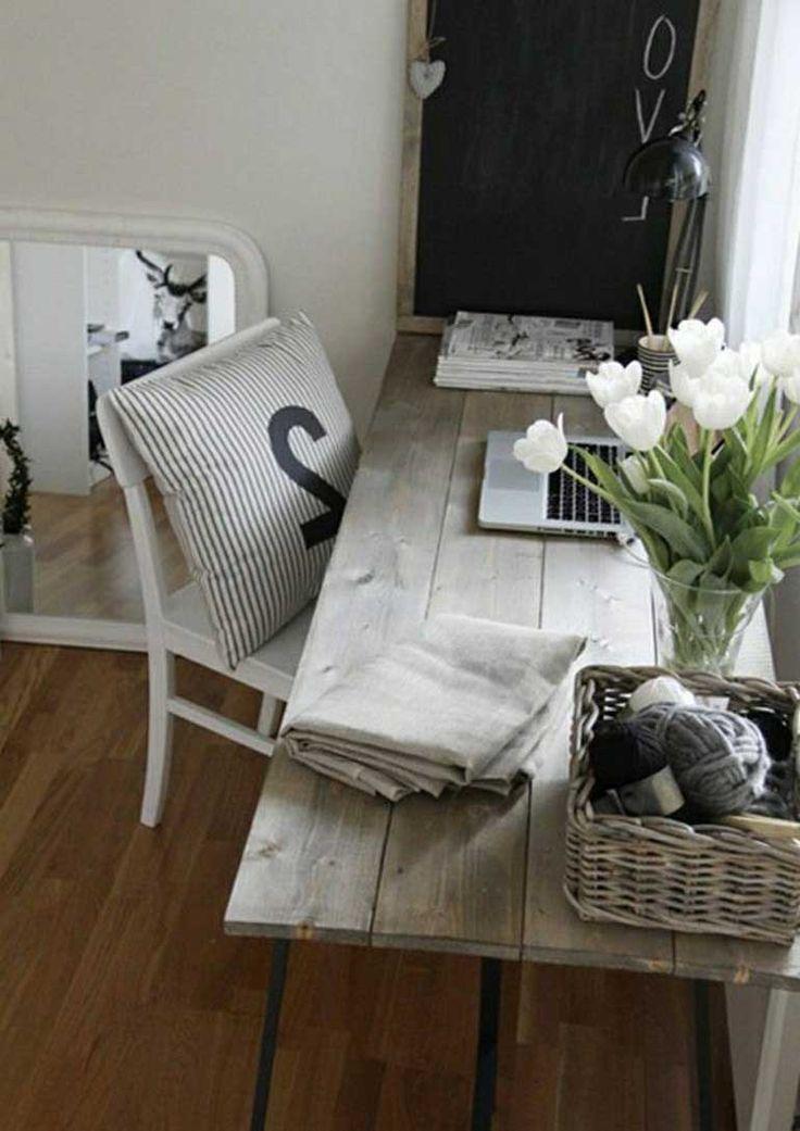 Arbeitszimmer Rustialer Tisch Holz Rattankorb WeißE Tulpen