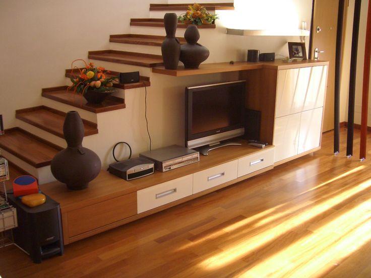soggiorno moderno sottoscala , finitura ciliegio e laccato.