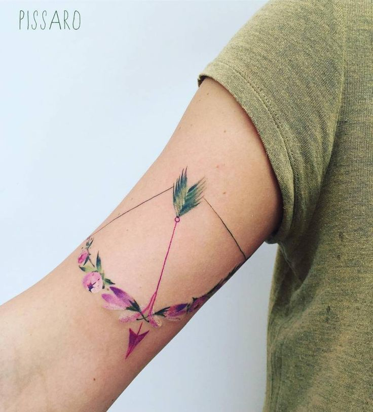 Bow and arrow floral composition tattoo on the bicep. Artista Tatuador: Pis Saro