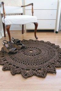 tapete croche marrom,