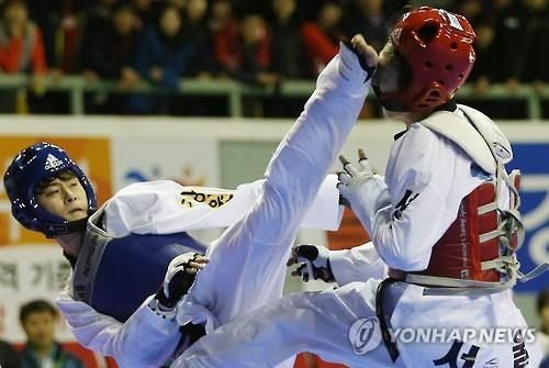 South Korean taekwondo fighter Kim Tae-hun (L) lands a kick during the quarterfinals of the men's 58kg division at the National Sports Festival in Taebaek, Gangwon Province, in this file photo taken on Oct. 22, 2015. (Yonhap)