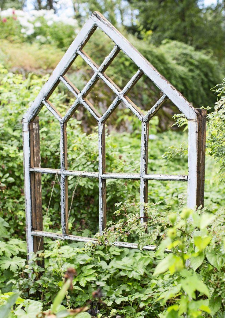 Vanha ikkuna puutarhakoristeena. Old window as a garden decoration. | Meillä kotona / Unelmien Talo&Koti Kuva: Hanne Manelius Toimittaja: Ilona Pietiläinen