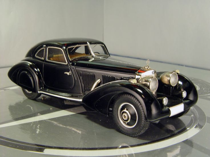 Una berlina nera motore benzina 5000 di cilindrata for Mercedes benz autobahn