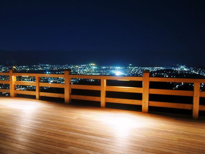 京都で舞台と言えば「清水の舞台」が超有名。ところがこれを遥かに超える、大舞台が、2014年10月4日京都・東山に完成しました!しかも昔から展望スポットで有名な、「将軍塚」に併設されたもの。これが京都の新しい観光スポットとして、人気を集めているのです。京都を一望するならここ!今回は、この将軍塚をご紹介します。