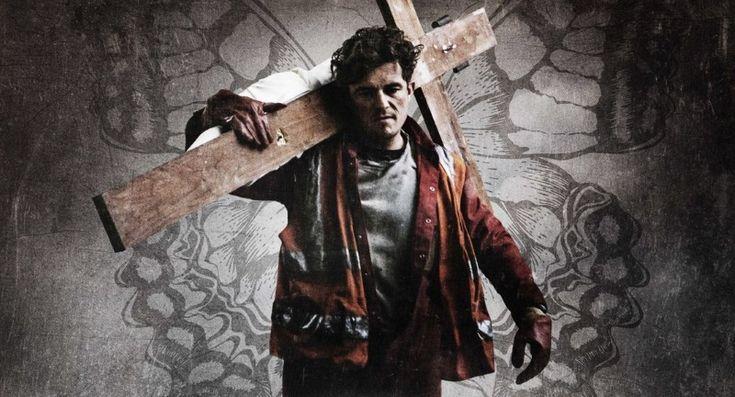 Gniew (2017) Romans Twardy facet, pracuje przy rozbiórce starego kościoła, do którego po długim czasie wraca dawny ksiądz. Coś dziwnego zaczyna dziać się wokół całej rodziny robotnika.