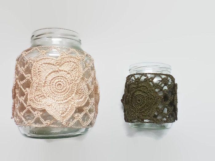 ŁUCJA - Świeczniki Łucja stworzone ze słoików, zdumiewają nie kształtem, ale niesamowitym wzorem kwiatowym wydzierganym na szydełku. Światło rzucane przez świece, bez wątpienia tworzy przytulny i nastrojowy klimat.