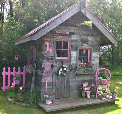 egészen különleges hangulata van ennek a házikónak a frissen festett pink felületekkel, és az évek alatt megkopott deszkákkal, nem az a lágy csajos verzió, mint amikor fehérrel kombinálják, hanem nekem inkább amolyan boszis hangulat jut róla eszembe :)