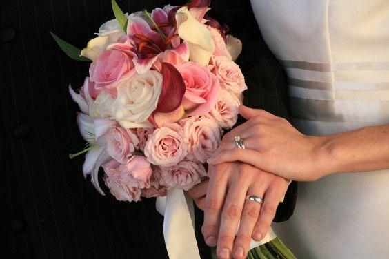 Schöner Brautstrauß mit verschiedenen rosa Blumen – auch geeignet für die Trauung auf dem Standesamt.