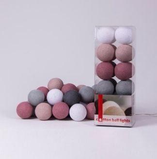 Cotton ball LightsDirty Rose35 Katoenen bollen Lichtslinger met schakelaar. De lichtslingers met Cotton Balls zijn een echte eyecatcher in je interieur.Sfeerverlichting die je interieur net die extra gezellige sfeer zal geven.Deze lichtslingers kan je in elke ruimte van je huis toepassen: woonkamer, keuken, kinderkamer, slaapkamer, werkplek…De slingers zijn in diverse kleuren verkrijgbaar zodat je de decoratie en sfeer kan aanpassen aan elk seizoen. Goed om weten:De sfeerverlichting van…