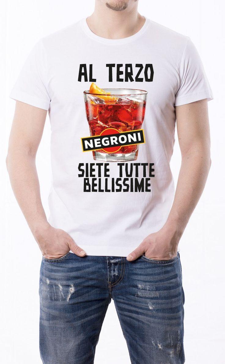 T-Shirt uomo con frase: Al terzo negroni siete tutte bellissime Maglietta bianca con stampa digitale diretta, grafica stampa in quadricromia.