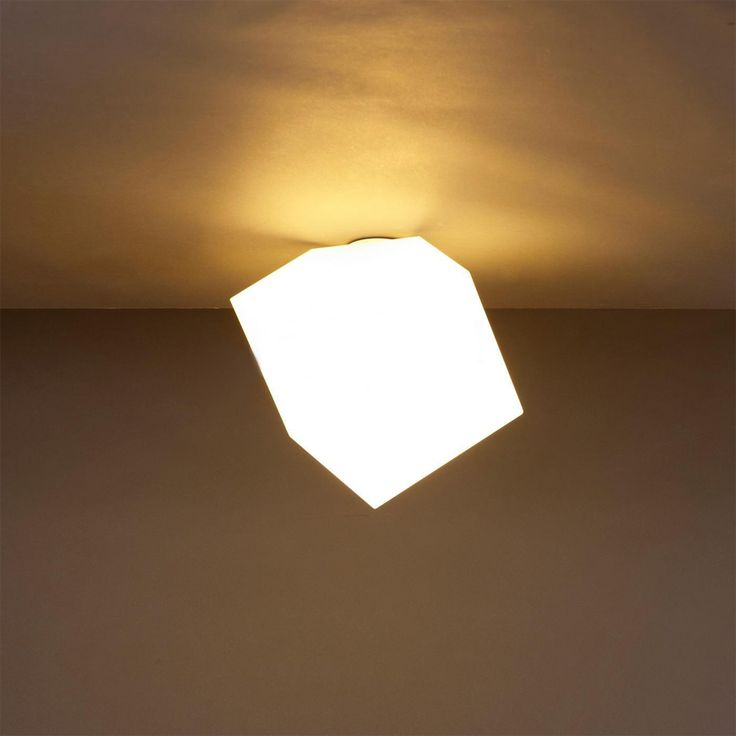 Le cube lumineux Edge Parete de la marque Artémide est une applique murale ou un plafonnier original par son style. Ce luminaire a été dessiné par Mendini. Le diffuseur cubique est réalisé en polypropylène moulé, ce qui permet une excellente diffusion de la lumière. Un style décalé et original qui ne peut que plaire.