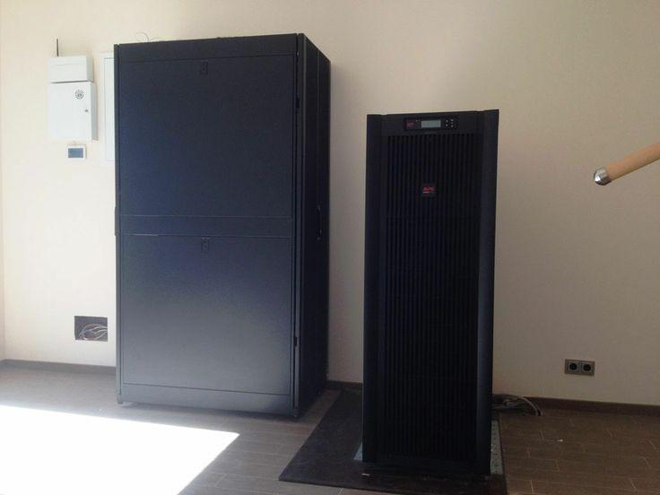 APC Smart-UPS VT 40kVA, SUVTP40KH4B4S + AR3100. Аппаратная загородного дома, ИБП 40000 ВА двойного преобразования (меньший шкаф), сети (больший шкаф)
