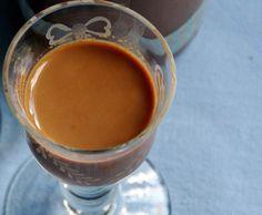 Rezept Schokocreme-Likör schnell und einfach ...    200 g Schlagsahne     50 g Kakaopulver, dunkel     50 g Rohrohrzucker     100 g Goldbrand, Weizenkorn o.ä.     1 EL lösliches Kaffeepulver
