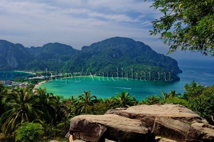Как уже было сказано в одной из наших статей, самым благоустроенным является остров Дон. Если говорить о том, какие пляжи Пхи Пхи известны и лучше, то сразу вспоминается два места на Доне – это пляж Ла Да Лум и Лонг Бич. Эти два пляжа являются как бы «разными сторонами монеты». Ла Да Лум – это популярное, шумное место с ночными заведениями и массажными салонами, предлагающими не только тайский массаж, но и эскорт-услуги.
