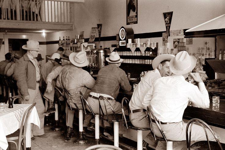 1940 год, пивнушка, штат Техас. Ковбойские шляпы обычно носили фермеры.