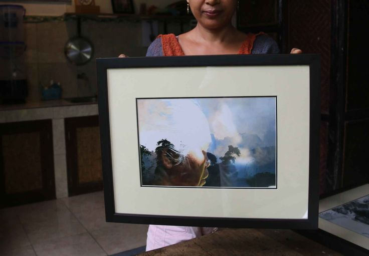 Photo in frame made by Emile 50 euro Title: Ibu Indonesia Size: 47 x 37 cm