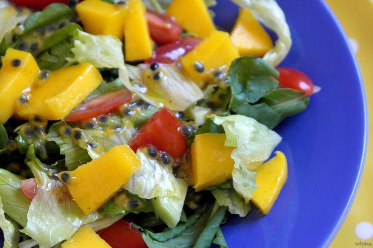 Απολαυστική σαλάτα με εξωτικά αρώματα από φρέσκο μάνγκο και σάλτσα με φρούτο του πάθους που θα καταπλήξει και θα κάνει την απλή σαλάτα σας εξόχως πρωτότυπη.