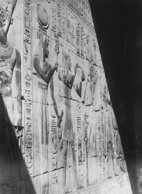 1900. Абидос. Храм Сети I. небольшая часовня . Бог Инмутеф, богиня Исида, кадит перед Сети I