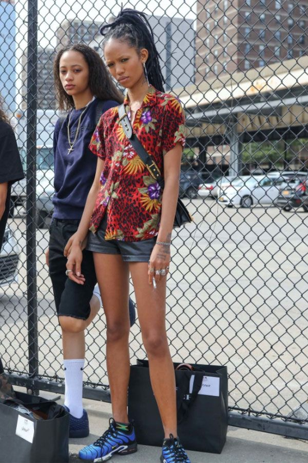 Meia aparente é super cool. Combine com moletom e bermuda. A camisa estampada vintage fica muito cool com tênis de corrida.