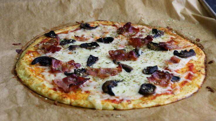 Okej, det är ingen riktig pizza om den har blomkålsbotten. Men det blir riktigt gott och går mycket snabbare än att sätta en vanlig deg. Så vad väntar du på? Spring och riv blomkål.