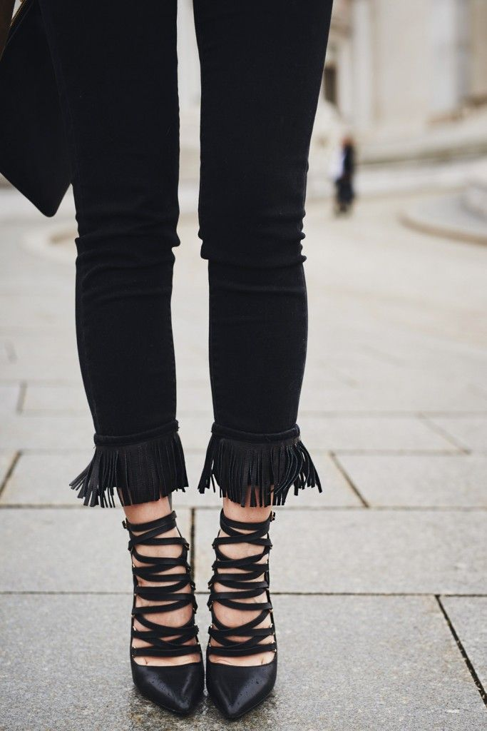 Boho | view more on my blog | festival fashion & style | brown leather jacket | black jeans with fringes | laced up black shoes
