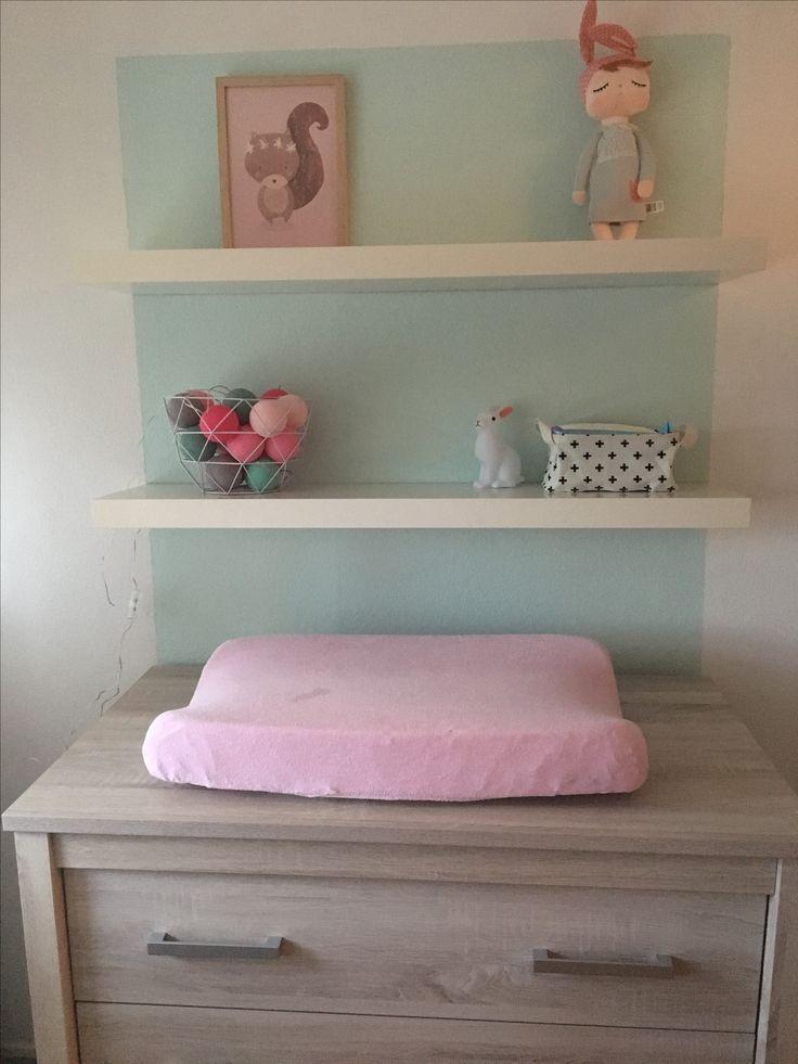 Basic mint kleurige babykamer met roze accessoires •