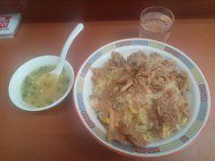 北九州市小倉にある中華料理娘娘の 肉やきめしスープ付  やきめしの上に甘めの味付けの 焼いた肉をドバっとかけられます 大盛700円 普通550円 小盛400円
