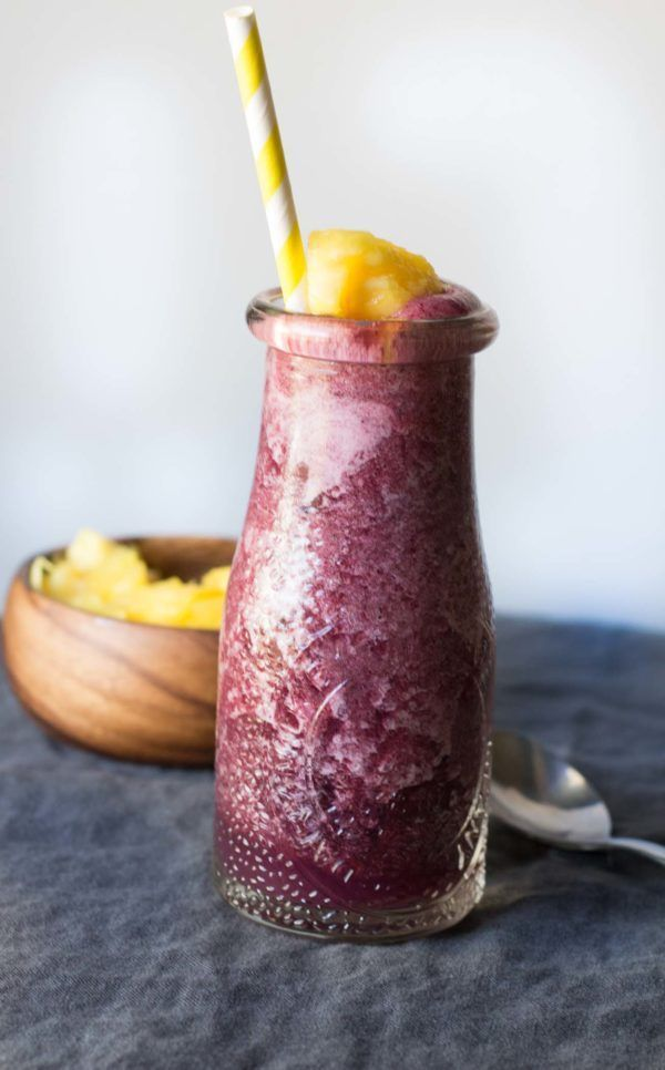 Coconut Berry Refresh Detox Drink is a blend of hydrating coconut water, antioxidant-packed blueberries and pineapple packing in loads of vitamins!|wordslikehoneycomb.com