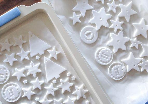 Karácsonyfadíszhez jobb, mint a só-liszt gyurma: hófehér, és szódabikarbónából van   femina.hu