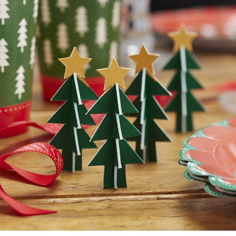 Juletræer i pap til dekoration både til julefrokst og pynt i hjemme. pakken indeholder 5 stk.