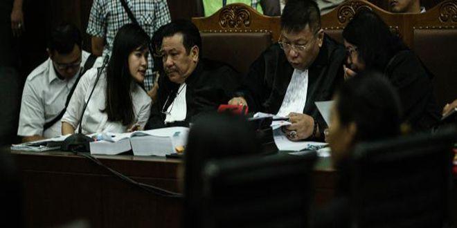 Kuasa hukum Jessica Kumala Wongso, Otto Hasibuan (kiri) dan Yudi Wibowo (kanan) dipersidangan PN Jakarta Pusat, Rabu. (ANTARA…