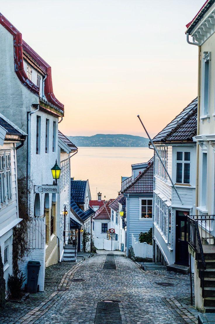 Bergen. Indimenticabile città della Norvegia bellissima con il suo borgo di pescatori dalle casette tutte colorate. Affascinante il mercato dei pescatori dove si potevano acquistare i panini con il salmone affettato al momento. Un bellissimo ricordo delle vacanze spensierate dell'estate 98.Irma Sironi