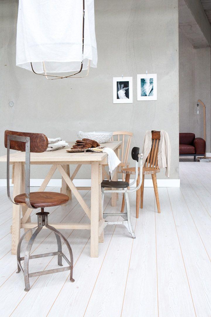 Laminaatvloer industriele uitstraling. Tegenwoordig zijn er steeds meer laminaatvloeren op de markt die er niet uit zien als laminaat. Deze witgetinte vloer past heel eenvoudig bij de meeste moderne woonstijlen en woontrends. Door de muren een betonlook te geven, creëer je een industriële look.