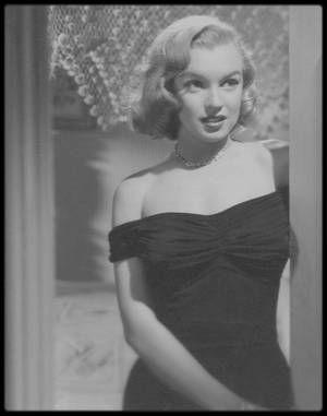 """1949 / Marilyn est Angela PHINLAY dans ce film noir """"The Asphalt jungle"""" de HUSTON. / En 1986, """"Turner Entertainment"""" acquiert les droits de """"Quand la ville dort"""", à la suite du rachat du studio Metro-Goldwyn-Mayer et de son catalogue. En 1989, """"Turner Entertainment"""" décide de coloriser le film et conclut un accord avec la chaîne française La Cinq afin de diffuser cette version colorisée. Les héritiers de John HUSTON s'y opposent, intentant un procès contre l'exploitation de cette version…"""