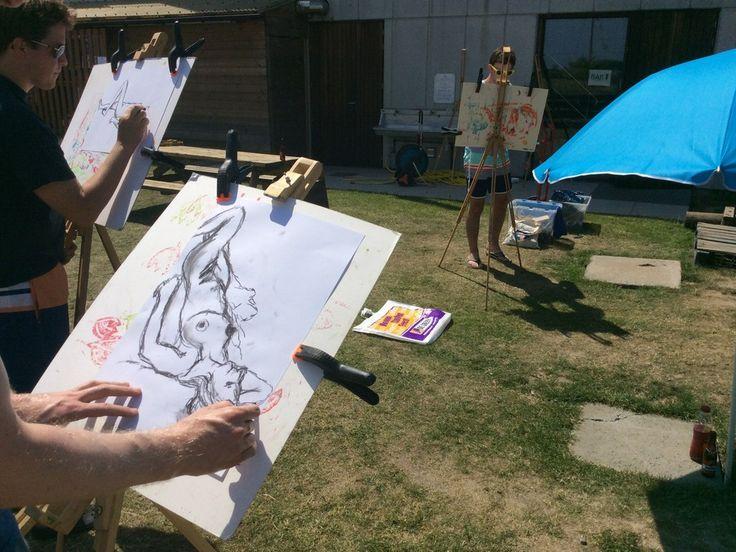 Naaktmodel tekenen op een mooie zomerdag tijdens een vrijgezellenfeest aan de Belgische kust