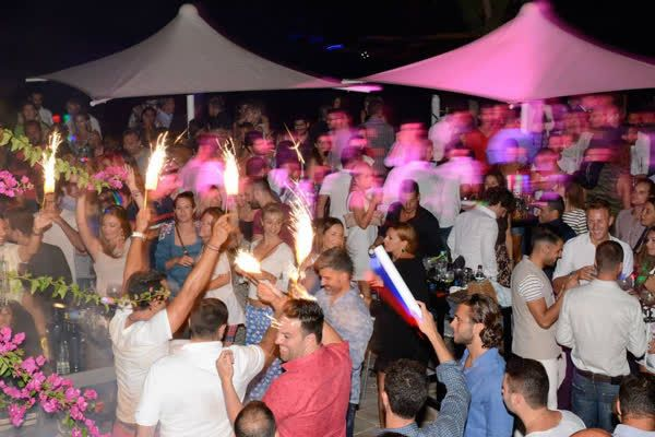 Sand between the toes and stepping out in style! Can you dance the whole night long in magnificent Mykonos? Come and get the Kivotos party kudos! http://qoo.ly/f99ur #KivotosMykonos