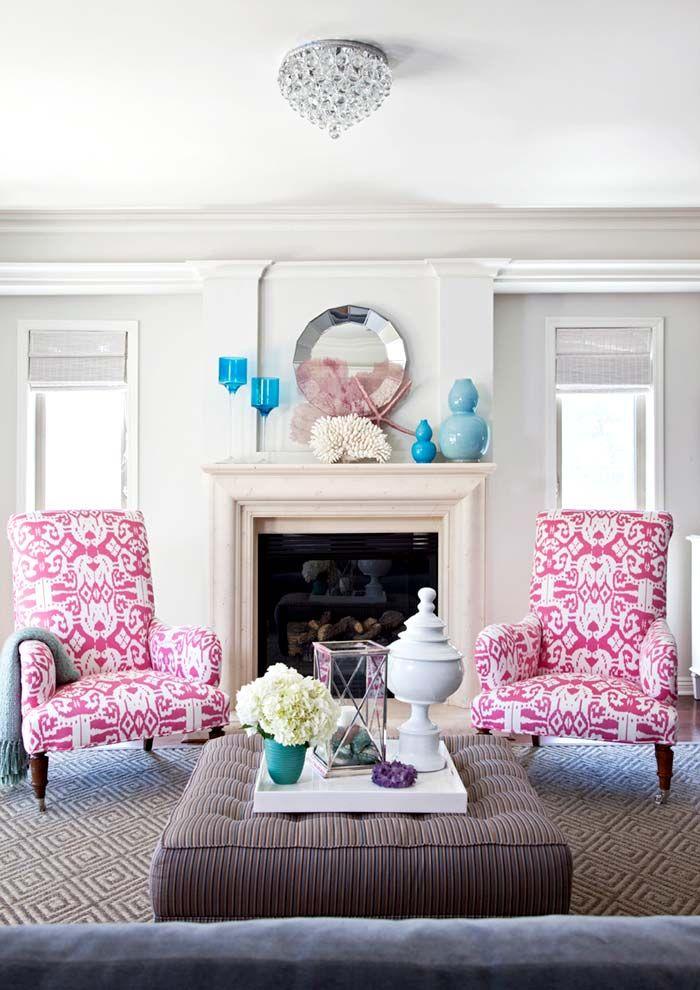 Дизайн гостиной комнаты с деталями бирюзового и малинового цветов