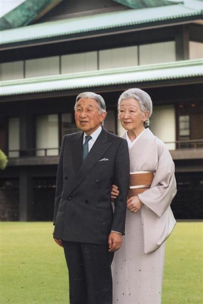 【肘つかみ】天皇陛下の手をとり、寄り添われる皇后さま=5日、皇居・宮殿「南庭」(宮内庁提供)