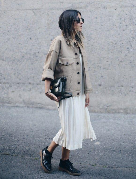 tenue avec robe blanche veste beige derbies vernies noires pour l 39 automne fashion. Black Bedroom Furniture Sets. Home Design Ideas
