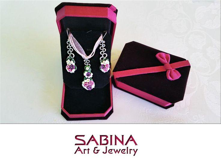 Set bijuterie, cercei si colier cu pandantiv, cu flori roz si mov