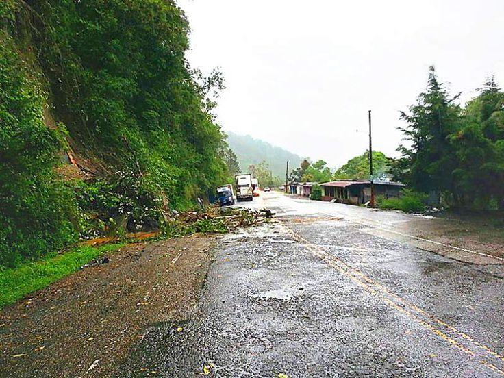 Deslizamiento de tierra en carretera entre Santa Rosa y Ocotepeque a causa de las lluvias.