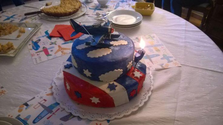 Torta de aviones cuumpleaños de un año aeroplano azul y rojo torta de dos pisos con fondant estrellas Plane decorate cake