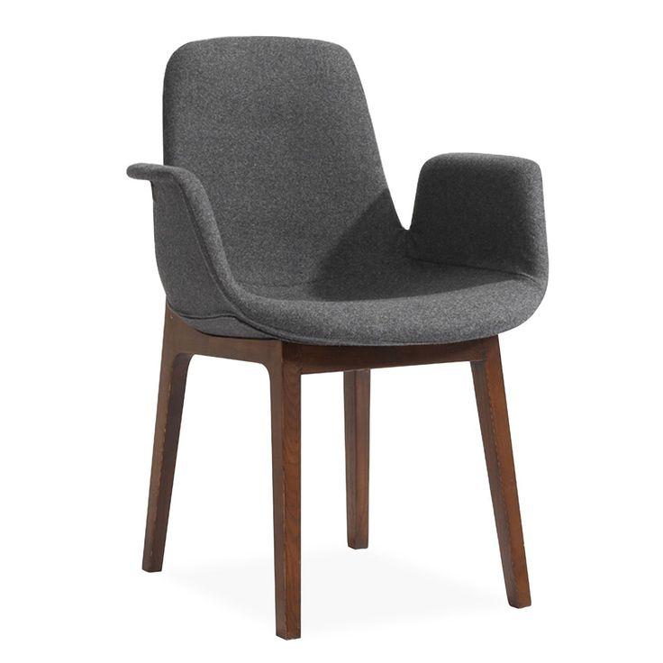 Cómo sillón con reposabrazos.     Tapizado en tela de color gris claro.     Patas robustas de madera de fresno.     Madera tintada en marrón oscuro.     Diseño de estilo clásico muy elegante.  La Silla CHICANO ASH ofrece una asiento muy confortable, con un respaldo alto donde descansar cómodamente la espalda, y reposabrazos. Posee una forma singular, que recuerda a los diseños del mobiliario de los años 50. El resultado es una silla cómoda y práctica, con una imagen de elegancia intempo...