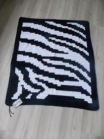 Olá!!!   Olha que luxo este tapete que imita o padrão da pele de zebra, mas é de crochê! Usei a técnica do fio conduzido, também conhecida ...