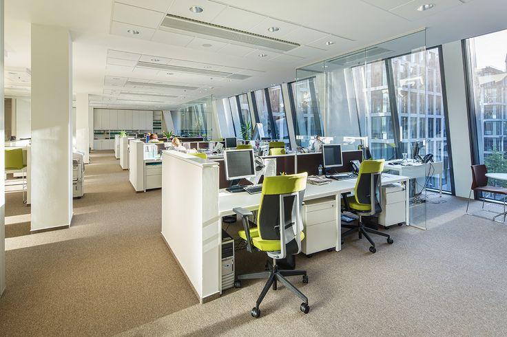 Open office. Bílý design v kombinaci zeleného čalounění židlí. 2 pracovní místa v jedné řadě. Realizace Arbyd.