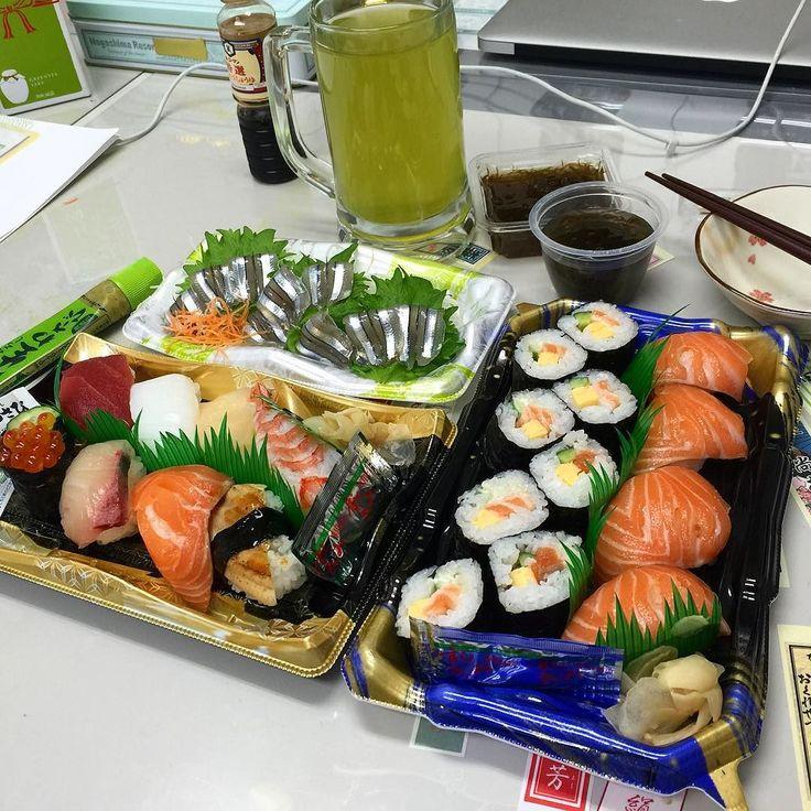 Японцы обожают питаться на работе. Обычно приносят с собой заранее заготовленные ланчи в герметичных коробках. Ленивые могут приобрести обеденный набор в специализированной лавке или отделе супермаркета. Например такие суси: стоит порядка 4 долларов корытце прекрасная пара с зеленым чаем. Жемчужина сегодняшнего обеда - деликатесный сасими из японской селедочки кибинаго - приятное напоминание о недавних поездках на крайний японский юг - в префектуру Кагосима. В дальних маленьких посудинках…