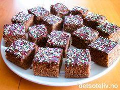 En klassisk sjokoladekake som alltid er like populær! Oppskriften er til stor langpanne.