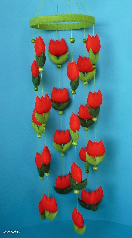 Móvil de fieltro con tulipanes rojo y móvil con los personajes de Pacman.