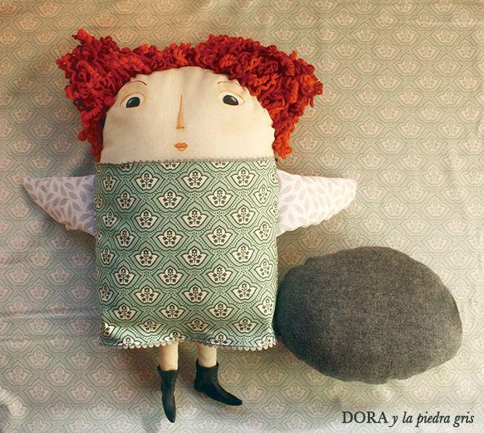 Peluche de dora y la piedra gris, 100% a mano hecho por http://www.pasiondesastre.com/ y ventanuca.com De tela, lana, fimo y pintura, blandito y adorable, achuchable y enternecedor. Certificado de adopción y de autenticidad. Con mensaje secreto en un bolsillo. Tamaño Dora: 48x48 cm. aprox. Tamaño piedra: 25x18 cm. aprox. http://vkm.is/Dora
