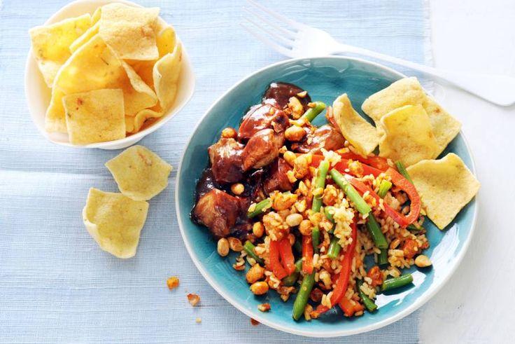 17 juni - Rode paprika in de bonus - Een rijkgevulde bord, met lekker veel verschillende smaken - Recept - Saté met sambalboontjes en katjang pedis - Allerhande